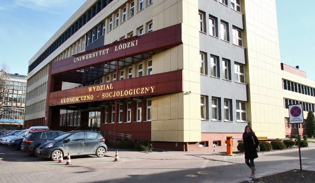 U jednego ze studentów Wydziału Ekonomiczno-Socjologicznego Uniwersytetu Łódzkiego stwierdzono koronawirusa. Ale władze uczelni wyjaśniają, iż powszechna kwarantanna dla wszystkich studiujących w tej jednostce nie jest konieczna.Wiadomość przesłana w piątek (13 marca) przez pracownika UŁ do wszystkich studentów Eksocu nie oznacza, że wszyscy studiujący w tej jednostce mają zacząć kwarantannę.Oficjalne stanowisko UŁ na kolejnym slajdzie