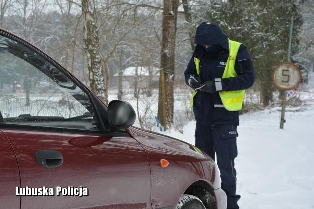 Policjanci komendy w Krośnie Odrzańskim kontrolują kierowców. Zdjęcie poglądowe