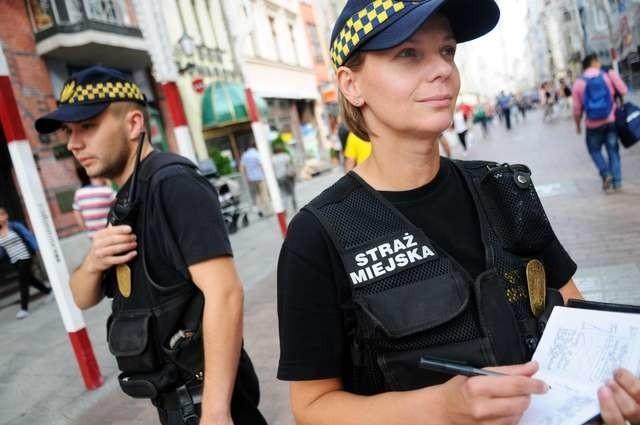 W piątek strażnicy miejscy w całej Polsce obchodzili swoje święto. Ale jak i w każdy inny dzień patrolowali ulice i interweniowali. Na zdjęciu Sylwia Dobrzańska i Artur Witoszkin