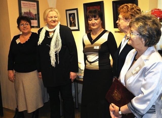 - Dotychczas w naszych wystawach swoje prace zaprezentowało już 228 Kluczborczanek. Co roku jest nas coraz więcej! - mówi Ewa Zgadzaj-Martyniuk (na zdjęciu druga od lewej).