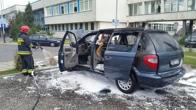Auto wewnątrz całkowicie spłonęło.