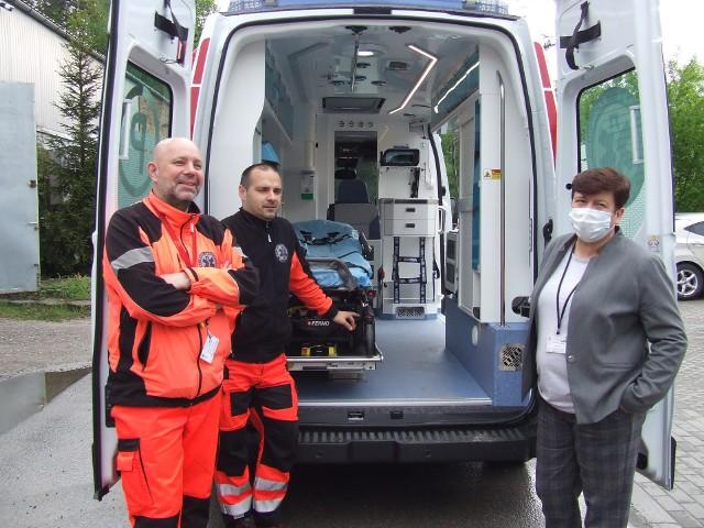 Pierwsza tak nowoczesna karetka w Polsce dotarła do szpitala w Nowej Dębie. Samochód marki renault razem z wyposażeniem kosztował 462 tysięcy złotych. W karetce znajduje się między innymi respirator niewiele większy od ładowarki telefonu.