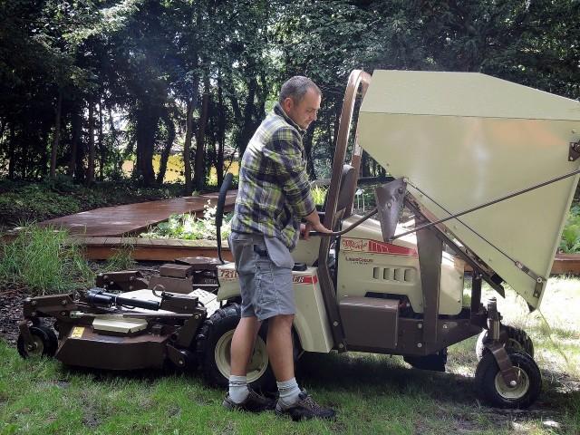 Pracownicy, zajmujący się zielenią, są w parku codziennie. Tylko tak można zadbać o jej wygląd.