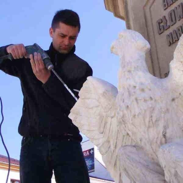 Konserwator Mariusz Ratajczyk już drugi raz w ciągu trzech lat naprawiał orła zniszczonego przez wandali.