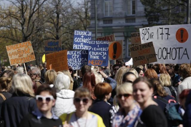 """Strajk nauczycieli. Związkowcy nie wezmą udziału w okrągłym stole. """"To są igrzyska"""""""