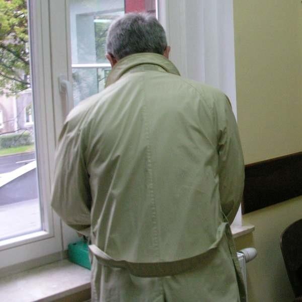 Roman K. na sądowym korytarzu. Nie chciał rozmawiać z dziennikarzami, a samą rozprawę sąd utajnił.