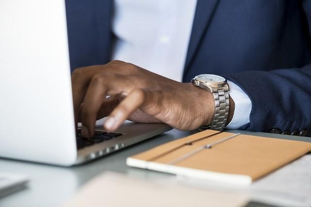 Przedstawiciele ZUS-u przypominają, że nie wysyłają mejli do swoich klientów. Tymczasem od poniedziałku z urzędnikami kontaktują się zaniepokojeni mieszkańcy województwa łódzkiego i całego kraju, którzy dostali wiadomości dotyczące zaległych składek.Czytaj dalej na następnych slajdach