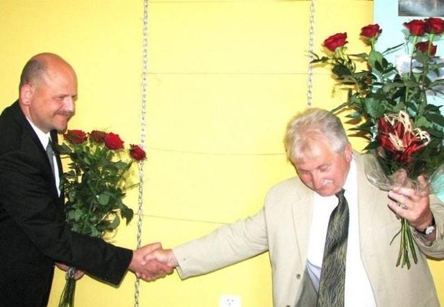 Burmistrz Paweł Toczko dziękował za zaangażowanie pracownikom wszystkich działów. Z prawej skarbnik Władysław Rembelski