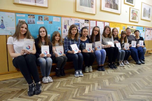 Uczestniczki konkursu wraz z nauczycielkami