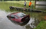 Kierowca zapomniał zaciągnąć hamulec ręczny i... utopił samochód na kąpielisku w Mierzynie pod Międzychodem