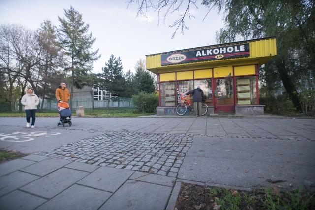 Punkt z alkoholem, czynny całą dobę, znajduje się tuż koło liceum. Rodzice uważają, że to za blisko