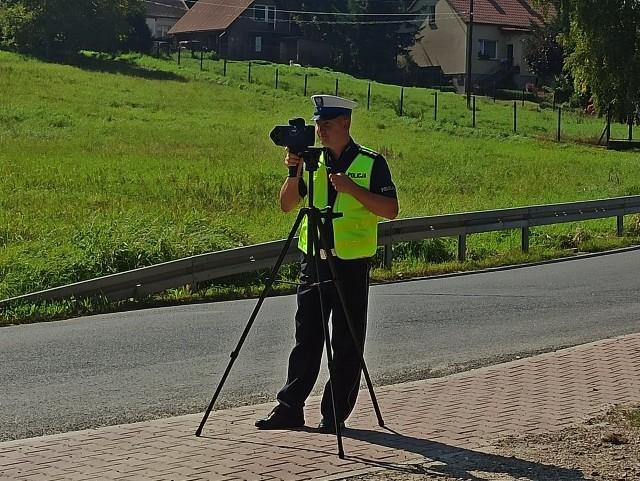 Policjanci z wielickiej drogówki dysponują kolejnymi nowoczesnymi narzędziami do walki z przestępczością na drodze: kompaktowym urządzeniem TruCAM LTI 20/20, łączącym funkcje wideokamery, aparatu cyfrowego i laserowego pomiaru prędkości pojazdów, oraz Analizatorem Aquilascan – profesjonalnym sprzętem do wykonywania testów na obecność narkotyków