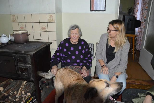 Panią Stasię odwiedzają i pomagają jej: Julia Cichowicz, Natalia Pasińska i Nikol Baryga