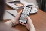 Boże Narodzenie 2019. Zmień ekran telefonu na szary! Kampania społeczna Szary Ekran