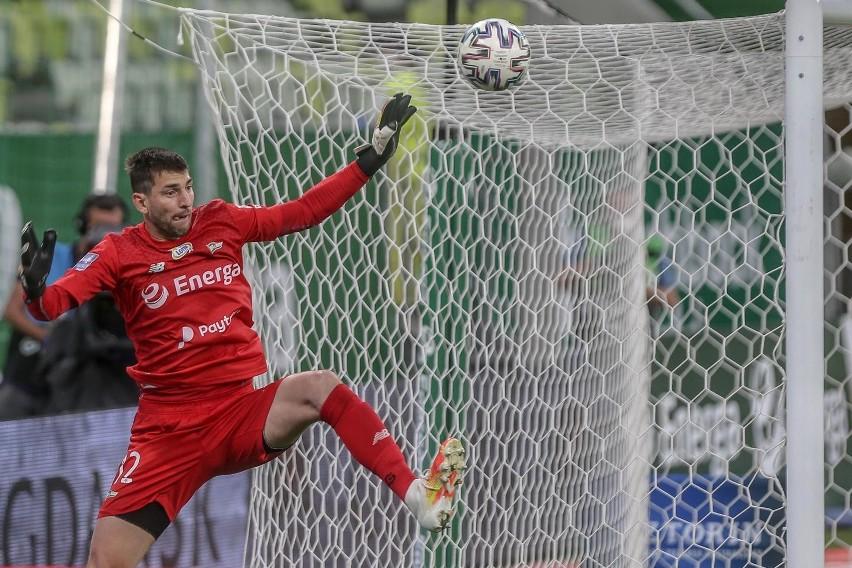 W reprezentacji Słowacji rywalizuje z Martinem Dubravką...