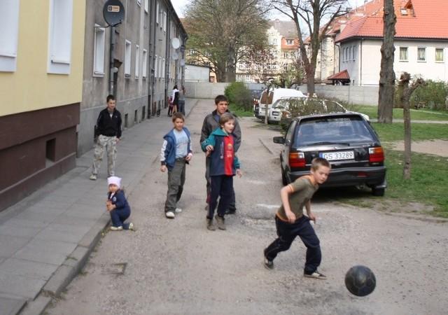 Dzieci z ulicy Szymanowskiego mogą grać w piłkę tylko na drodze.