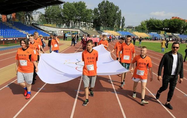 Pływali, grali w kręgle, piłkę nożną, tenisa i nie tylko. W Toruniu wykazało się około 300 osób niepełnosprawnych. Na zakończenie imprezy zagrała kapela Manchester. Organizatorami VIII Toruńskiej Olimpiady Osób Niepełnosprawnych byli Stowarzyszenie Ognisko Sportu Niepełnosprawnych Alfa Sport Toruń i Miejski Ośrodek Sportu i Rekreacji w Toruniu.