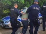 Poszukiwany 46-latek z Poznania usiłował wymusić pieniądze. W trakcie ucieczki potrącił policjanta