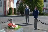 Dzień Sybiraka w Sulechowie. Burmistrz złożył życzenia Sybirakom i wiązankę kwiatów pod pomnikiem