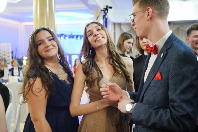 Sezon studniówkowy trwa, więc w piątek odbyły się kolejne bale. Bawili się między innymi uczniowie VII LO w Poznaniu. Odwiedził ich nasz fotoreporter.Zobacz zdjęcia --->