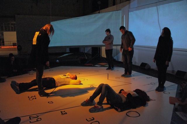 Aranżację do spektaklu stworzyła Karolina Maksimowicz. Polem jest plansza w kształcie sześciokąta i trzy ekrany, na których będą wizualizacje.