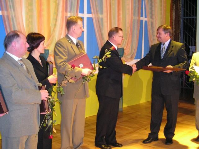 Burmistrz Nowogardu wręcza nagrodę Eugeniuszowi Heinrichowi. Kilka minut wcześniej Laura Cisowego odebrali stojący od lewej: Adam Fedeńczak, Teresa Buragas i Tadeusz Piotrowski.