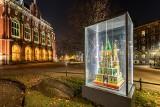 Niesamowite zdjęcia! Przepiękne krakowskie szopki na tle pustego miasta nocą [GALERIA]
