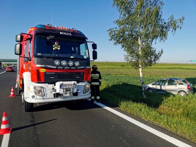 Do zdarzenia doszło we wtorek około godz. 6 na drodze krajowej nr 77 w Skołoszowie w pow. jarosławskim. Kierujący citroenem jechał w kierunku Jarosławia. Najprawdopodobniej w wyniku awarii zawieszenia pojazdu, stracił panowanie nad kierownicą, wjechał do rowu po przeciwnej stronie jezdni i dachował. Mężczyzna jechał sam, nic mu się nie stało.Na miejscu pracowali policjanci oraz strażacy z PSP Przemyśl i OSP Orły.