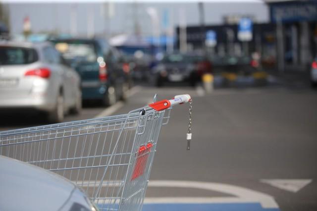 W projekcie nowelizacji znalazła się jednak nowa furtka, dzięki której wiele sklepów mogłaby działać legalnie w niedziele z zakazem handlu.