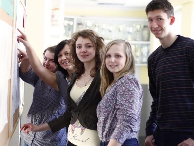W II LO ustalono już harmonogram ustnych matur. - Wiemy, którego dnia będziemy zdawać, o której godzinie - mówi Agnieszka Miezianka, tegoroczna maturzystka z II LO (na zdjęciu druga z prawej).