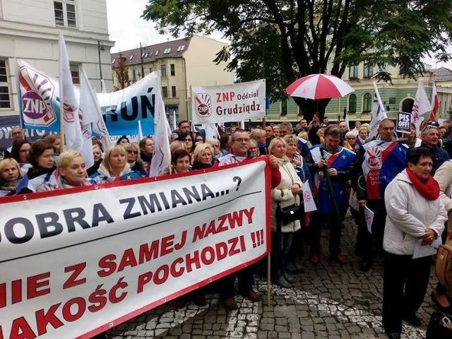 W pikiecie w Bydgoszczy wzięło udział kilkaset osób związanych z polską szkołą oraz wspierających ją. Grudziądz reprezentowała około 30 osobowa grupa z Różą Lewandowską, prezesem ZNP w Grudziądzu, na czele.