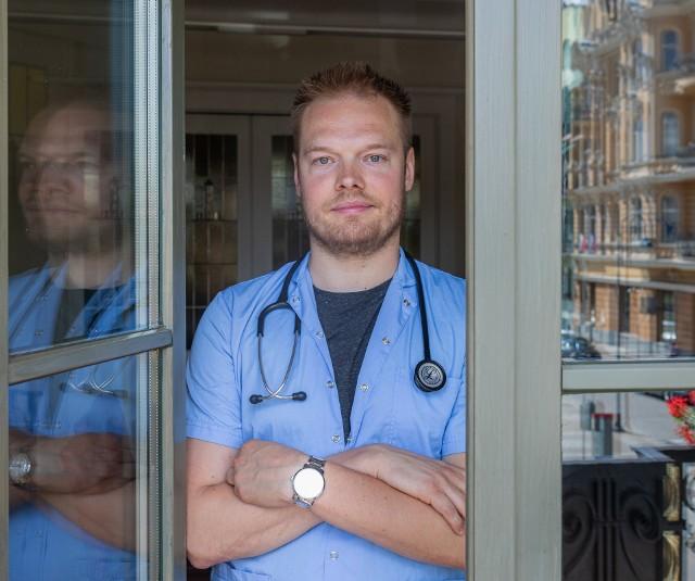 Lek. med. Bartosz Fiałek ma koronawirusa i w mediach społecznościowych opublikował poradnik, jak leczyć się w domu. Wskazówki dr Fiałka w dalszej części galerii.Przesuń zdjęcie gestem lub naciśnij strzałkę w prawo