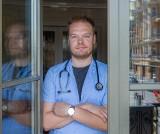 COVID-19, jak leczyć się w domu, gdy zachorujemy? Znany lekarz Bartosz Fiałek radzi