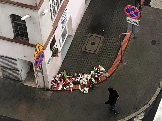 W związku z uroczystościami, które odbyły się dzisiaj w związku z 62. rocznicą powstania węgierskiego przy tablicach upamiętniających przy ul. Petera Mansfelda i Romka Strzałkowskiego z udziałem władz miasta, odholowano zaparkowane tam samochody. Mieszkańcy są zdziwieni. - Uroczystość trwała tak krótko, a teraz musimy zapłacić mandat i pokryć koszty holowania - skarżą się.