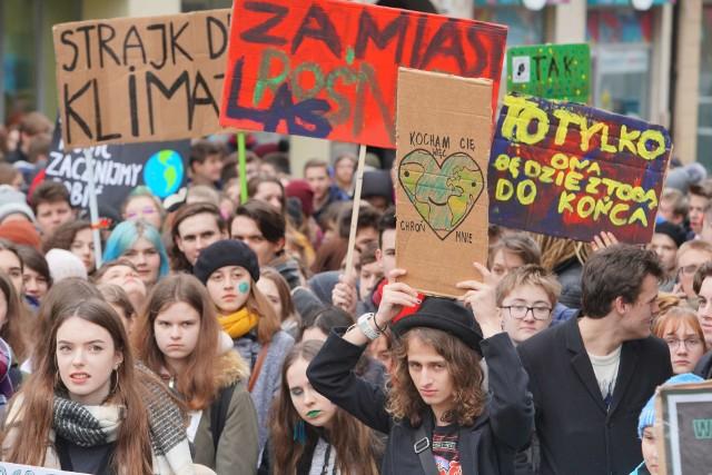 - Zamiast do szkoły, wyjdź na ulicę i 15 marca dołącz do nas podczas strajku klimatycznego! - nawoływali uczniowie organizujący Młodzieżowy Strajk Klimatyczny w Poznaniu. W piątek protestowali przeciwko postępującym, niekorzystnym zmianom klimatycznym.Zobacz więcej zdjęć ----->
