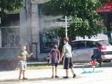Tak wygląda kurtyna wodna w centrum Chełmna. Dzieci cieszą się najbardziej. Zdjęcia