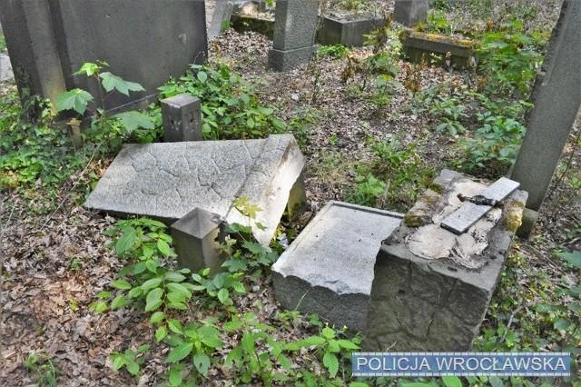 Zniszczone nagrobki na cmentarzu przy ul. Lotniczej