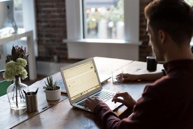 Żeby otrzymać świadczenie postojowe, samozatrudniony nie musi zawieszać działalności firmy