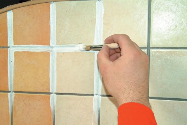 Malowanie fug specjalnym preparatem do renowacji Preparat renowacyjny do fug należy nakładać wykraczając nieco za krawędzie płytek.