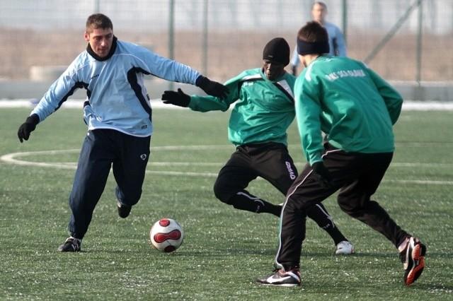 Z lewej napastnik Ruchu Leszek Juszczak. Próbuje go powstrzymać Gwinejczyk w barwach zespołu z Oławy - Mohamed Donzo, który w przeszłości grał w IV lidze opolskiej w Rolniku Wierzbica Górna.