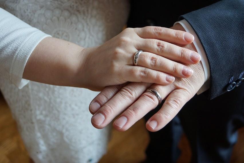 Rodzice, często nawet jako organizatorzy ślubu starają się...