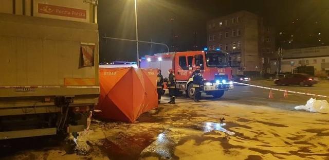 Rozległy uraz czaszkowo-mózgowy był przyczyną śmierci 25-letniego kierowcy audi, które 10 listopada roztrzaskało się na furgonetce Poczty Polskiej, a także 19-letniej pasażerki. W czwartek przeprowadzono sekcję zwłok obojga. Czytaj więcej na następnej stronie