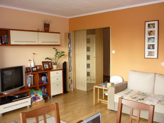 MieszkanieMieszkanie wyda się optycznie większe, jeżeli pomalujemy je na jasne kolory i podłoga będzie jasna.