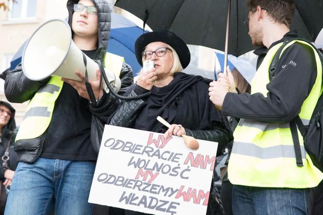 Na placu przed Ratuszem każda z kobiet mogła powiedzieć, co czuje i myśli. Wiele z nich opowiadało swoje osobiste historie.