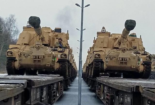 Czołgi przyjechały na kolejowych platformach