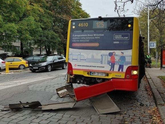 Autobus linii 125 stracił zderzak w wypadku na ulicy Komandorskiej we Wrocławiu.