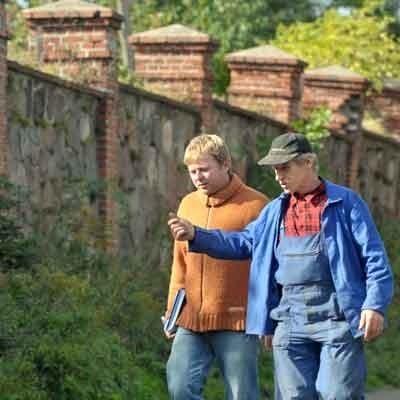 Przyjechaliśmy do Lubinicka, by sprawdzić stan ogrodzenia. - Mur od strony drogi nie był remontowany i jakieś dwa lata temu środkowe przęsła zaczęły odchylać się od pionu - tłumaczył Andrzej Wykręt (z prawej) dziennikarzowi Krzysztofowi Fedorowiczowi