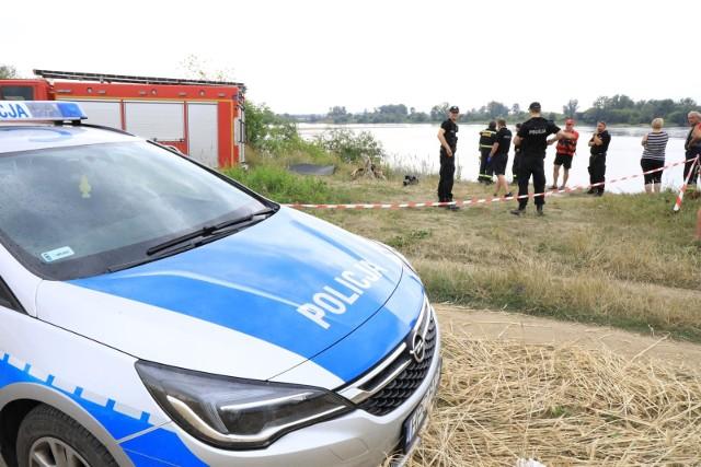 Jak informuje straż pożarna, w miejscowości Przypust w gminie Nieszawa (pow. aleksandrowski) wyłowiono z Wisły ciało 35-letniego mężczyzny. Trwają poszukiwania drugiej osoby. Czytaj dalej na kolejnych slajdach ---->FLESZ - letnie upały, jak reagować w razie udaru słonecznego?