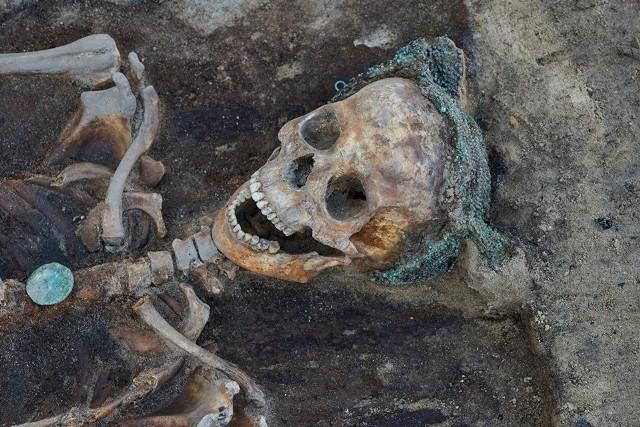 Poznańscy archeolodzy dokonali niezwykłego odkrycia w ruinach kolegiaty na placu Kolegiackim. Odsłonili pochówek z XVI wieku kobiety w perłowym czepcu. Nakrycie głowy będzie można podziwiać od 30 maja w Zamku Królewskim w Warszawie.