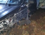 Kolizja na drodze krajowej nr 92 niedaleko Trzciela. Samochód osobowy zderzył się z ciężarówką. Na jezdnię wyciekło paliwo